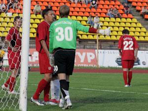 Вратарь гостей Алексей Архангельский бросился на перехват и выбил мяч, но сам при этом упал. Фото: Александр УТКИН