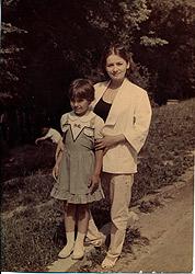 - Мама боялась отпускать меня одну и тоже поехала в лагерь.