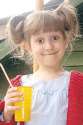 По словам ПОПОВОЙ, 6-летняя Алиса знает английский и французский и такая же артистичная, как ее отец.