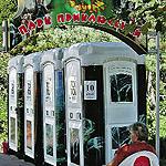 Приятно, что в сочинском парке «Ривьера» уже много лет существует этот аттракцион! Войдя в ворота, отдыхающие тут же находят приключения на свою... э... пятую точку. Прислал Ю. Копылов, Москва.