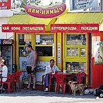 Семья Бурлаковых из Макеевки, приехавшая в отпуск в Таганрог, пустилась в пляс, едва сойдя с автобуса! Очень хотелось чаю, а без танцев напитки не отпускают...