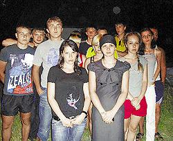 «Напишите о том, что у нас происходит», - говорили друзья Сергея Бондаренко (на первом плане справа - девушка погибшего милиционера Марина Алькема).