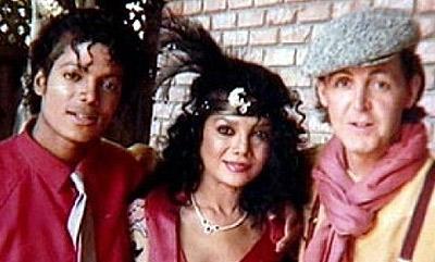 Майкл ( на фото он крайний слева) со своим близкими людьми - с сестрой Ла Тойей и Полом Маккартни. С последним Джексон сошелся на почве коллекционирования мультиков.
