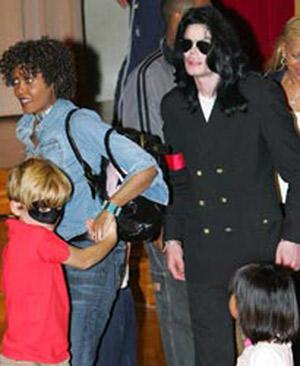 Была ли няня детей Джексона его девушкой пока не ясно...Слишком много лжи появилось вокруг Майкла после его смерти.