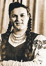 В молодости Людмила предпочитала длинные косы и сарафаны.
