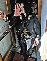 Внизу - ладонь Джексона на заре карьеры. Вверху - незадолго до смерти. Темные кривые проведены рядом с линиями жизни.