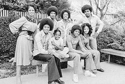 В конце 70-х вся семья счастлива и полна надежд. На фото: Майкл (сидит крайний слева) с сестрами (Ла Тойя - сидит крайняя справа), братьями и их женами.