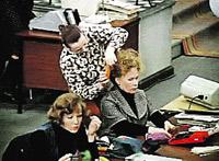 Кадр из фильма «Служебный роман». Конторские работники от нынешних офисных мало чем отличаются.