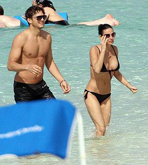 Деми и ее молодой муж Эштон нежатся под жарким солнцем Багамских островов. Фото: radaronline.com.