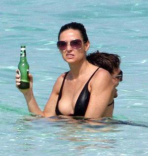 Вообще-то врачи не рекомендуют на солнцепеке пить пиво - оно не слишком утоляет жажду. Деми, налегай на воду или сок! Фото: radaronline.com.