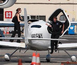 Анджелина приехала на частный аэродром, чтобы отточить свое мастерство пилота. Фото: socialitelife.celebuzz.com.