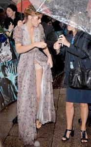 Именно платье и подвело актрису: под порывами ветра подол все время распахивался, демонстрируя публике больше, чем нужно. Фото: Daily Mail