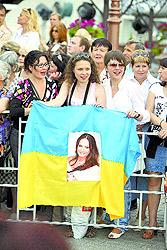 Витебские фанаты Софии Ротару вывесили у концертного зала украинский флаг с портретом кумира.