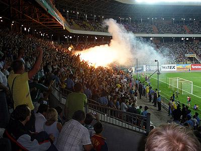 Фаны «Ворсклы» устроили в своем секторе дымовое шоу. Фото автора.