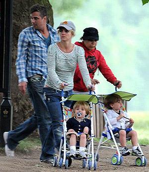 Джейсон очень нежно относится к детям Бритни. Фото: Daily Mail.