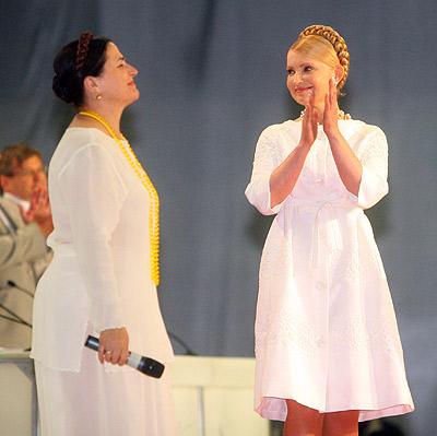 Юлия Тимошенко лично поблагодарила Нину Матвиенко за прекрасные песни.