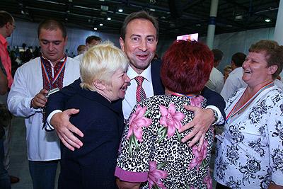 В объятия Николая Томенко угодили сразу две однопартийки.