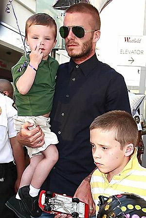 Сыновья футболиста хотят сделать себе татуировки, как у папы. Фото: celebuzz.com.