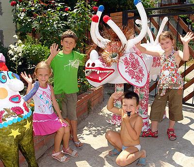 Для семилетнего Ефима (второй слева) и его друзей чудо-куклы - лучшее развлечение.