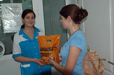 Медсестра клиники принимает передачу для Луческу.