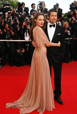 На Каннском кинофестивале Анджелина блистала в нежно-розовом платье от Versace. Фото: АР.