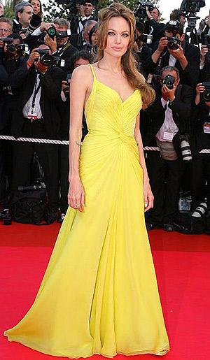 Один из самых эффектных нарядов Анджелины - желтое платье от Ungaro, в котором она была в Каннах на премьере фильма