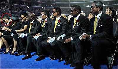 Омер Бхатти вместе с братьями и сестрами Майкла Джексона, на церемонии прощания. Фото: thesun.co.uk.