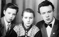 Посвятить себя служению церкви юный Володя Гундяев (крайний слева) решил еще в седьмом классе. На этом снимке конца 50-х годов он вместе с сестрой Еленой и братом Николаем.