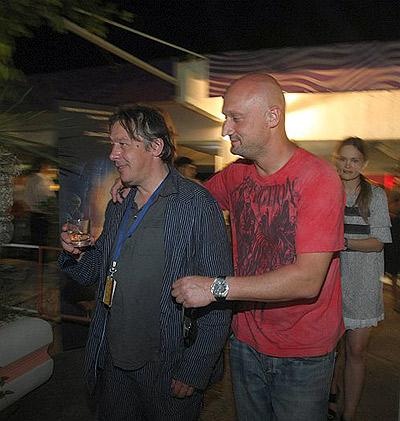 Неизвестный мужчина, представившийся мне Юрием Куценко (он же Гоша), обманом заманил меня на вечеринку и дал мне в руку стакан с неустановленной жидкостью.