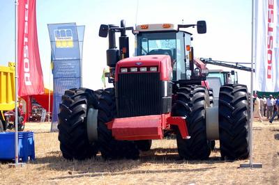 Миниатюрную модель такого трактора премьер получила в подарок.