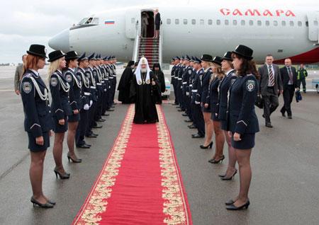 Патриарха у трапа самолета встречал почетный караул. Фото УНИАН.