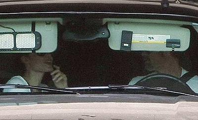 Бред и Анджелина подъехали на машине к Макдональдсу и принялись расспрашивать детей, сидящих на заднем сиденье, чем их накормить. Фото: socialitelife.celebuzz.com.