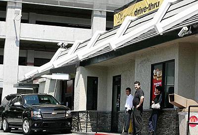 Сотрудники Макдональдса обомлели: у них редко бывают звездные клиенты. Фото: socialitelife.celebuzz.com.