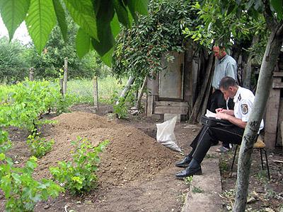 Участковый снимает показания у той самой ямы. Фото: Леонид РЯБКОВ.