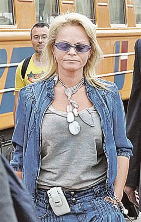 Лариса Долина приехала на фестиваль без мужа.