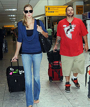Вслед за Кевином на гастроли Бритни ездит и его подружка Виктория Принс. Фото: Sun.