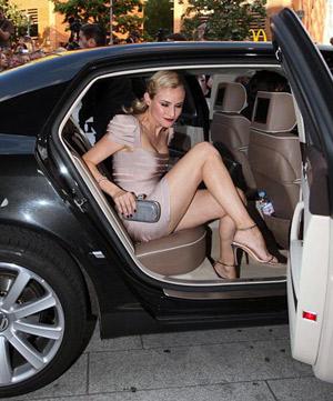 Ослепительная Диана Крюгер выпорхнула из машины и присоединилась к своим коллегам на премьере фильма. Фото: Daily Mail.