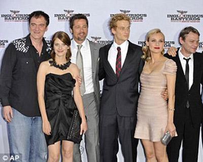 Команда создателей фильма во главе с Квентином Тарантино с удовольствием позировала перед фотокамерами. Фото: Daily Mail.