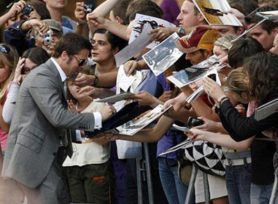 Бред Питт раздавал автографы и шутил с фанатами. Фото: Daily Mail.