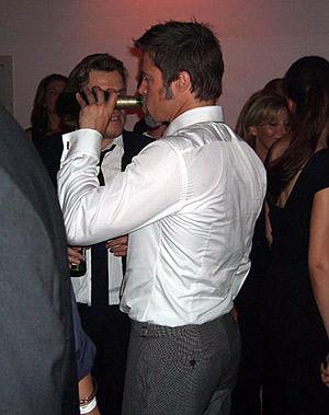 На вечеринке в честь премьеры Бред не расставался с бутылочкой любимого пива. Фото: Radaronline.com.