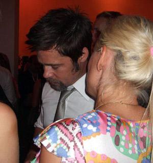 Актер с уловольствием общался с симпатичными поклонницами. Фото: Radaronline.com.