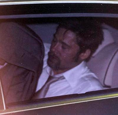 Выпив немало пива, Бред уснул по дороге в отель. Фото: Radaronline.com.