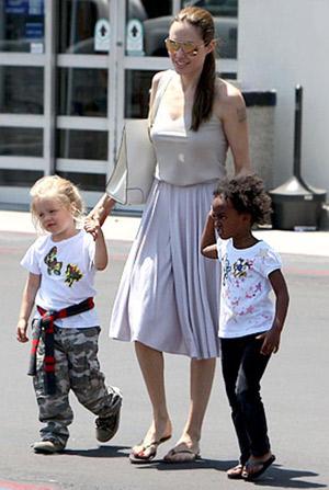 Проводив супруга в Берлин, Анджелина решила сводить дочек в магазин игрушек. Фото: usmagazine.com.