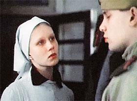 Кадр из фильма «Звездопад», в котором юная Даша Михайлова сыграла медсестричку.