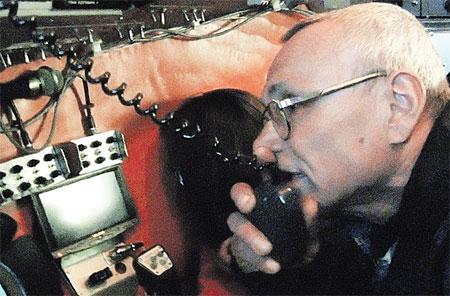 Пилот «Мира-1» Виктор Нищета рапортует наверх: «К погружению готовы».