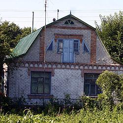 В этот дом въехала семья Николая Салаты после скандала с Алексеем Пукачем (на фото справа). Николай Салата фотографироваться отказался.