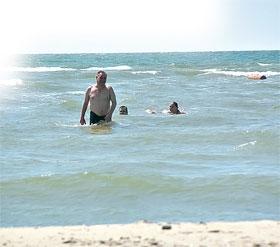 По мнению ученых, пляжников засасывают карстовые пустоты.