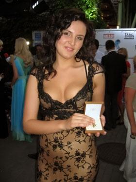 Мила Нитич с призом от Пугачевой – подвеской «Звезда Аллы».