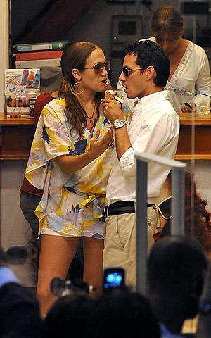 Полакомившись сама, певица принялась трогательно кормить мороженым мужа. Фото: celebrity-gossip.net.
