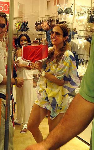 Певица побродила по местным магазинам и кое-что себе прикупила. Фото: celebrity-gossip.net.